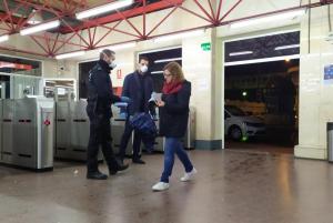 Policía Local y Nacional reparten miles de mascarillas a los vecinos de Alcalá de Henares que hacen uso del transporte público para acudir a sus puestos de trabajo