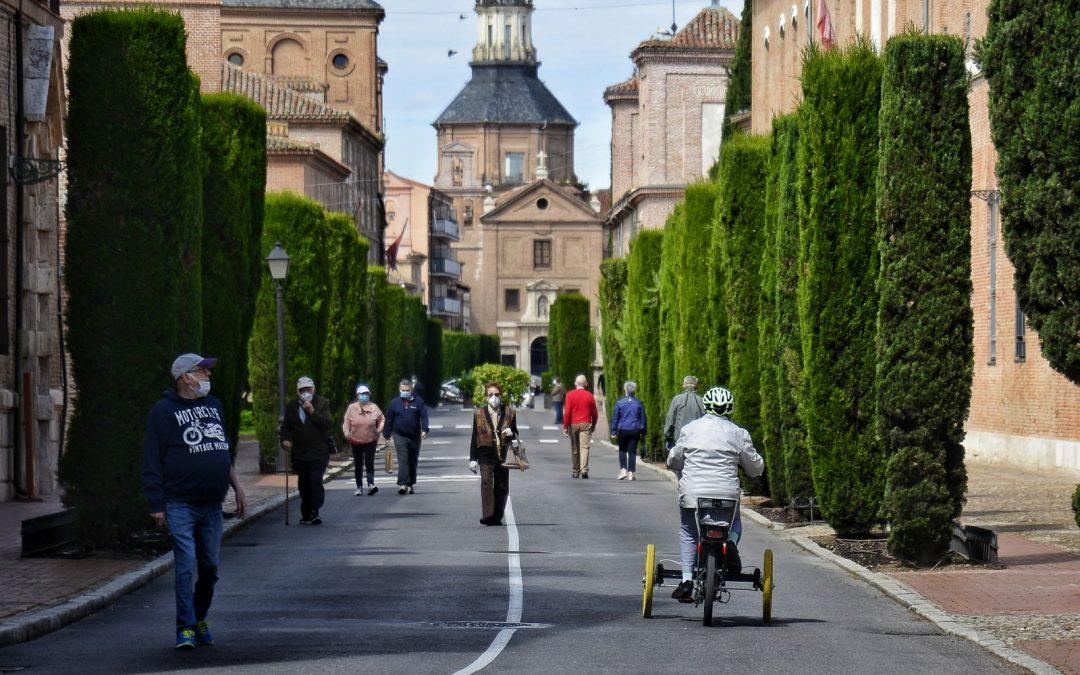 """Los vecinos y vecinas de Alcalá ya disfrutan de una """"nueva"""" calle Colegios peatonalizada para el uso y disfrute de la ciudadanía"""