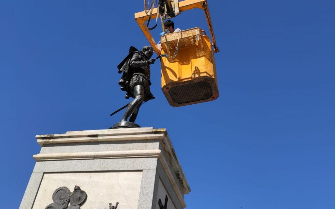 La Concejalía de Patrimonio Histórico realiza labores de conservación y mantenimiento en la escultura de Miguel de Cervantes